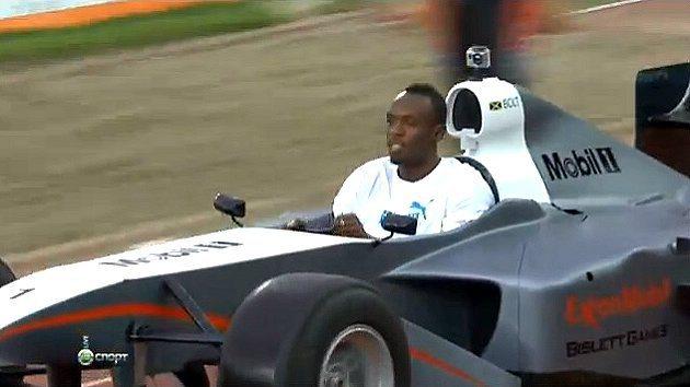 牙買加短跑好手波特開著F1賽車進入田徑場。 youtube