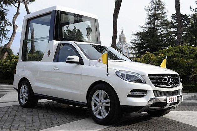 M-Benz M-Class專為教廷改裝成遊行用車。 M-Benz