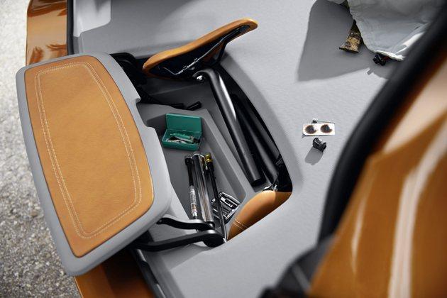 行李廂地板下有置物格方便放置各種工具配件。 BMW