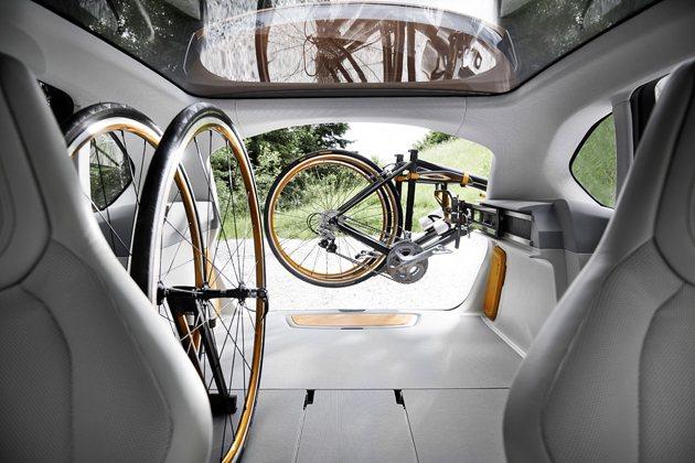 行李廂內有可供兩台自行車固定安置的固定架。 BMW