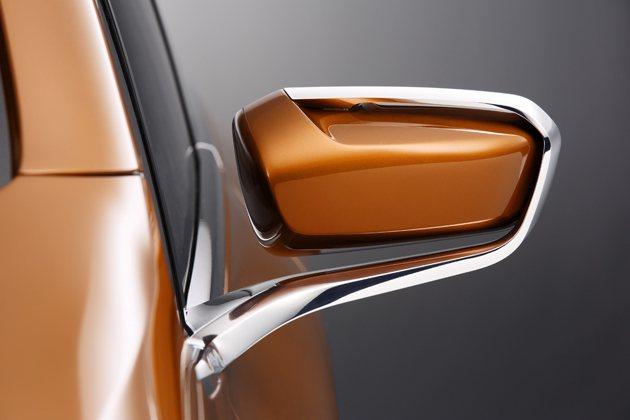 車外後視鏡採懸浮式鍍鉻框架。 BMW