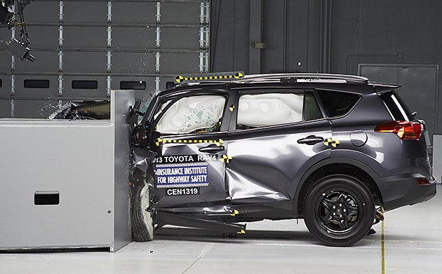 RAV4接受車頭偏位撞擊的情況。 IIHS