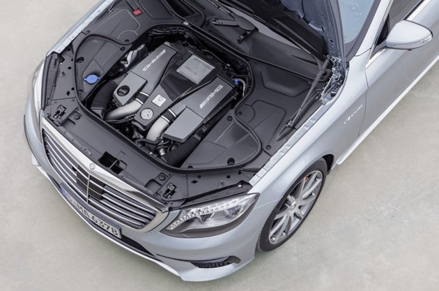 5.5L雙渦輪增壓引擎體積小,連電瓶也配合輕量。 M-Benz