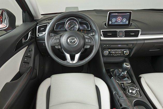 全新Mazda3內裝全面革新並大幅升級,操控界面以駕駛為導向,並結合HMI人因設...
