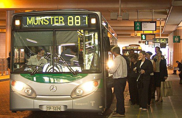 就算購買新車,通勤族搭乘大眾交通工具的比例已逐漸提高。 編輯部