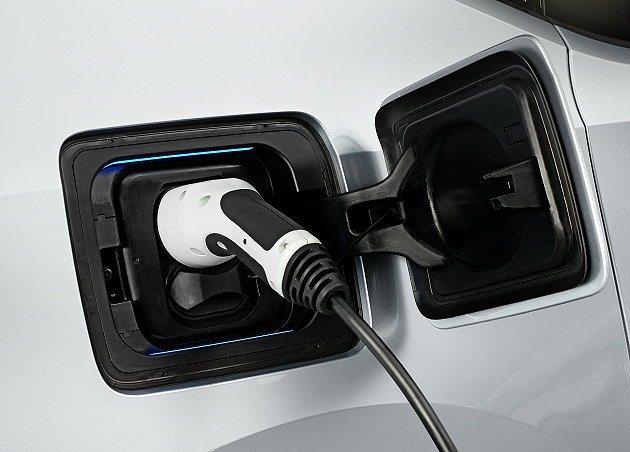 i3提供多樣化的充電機制,採家用電源充電大約3小時可完全充電。 BMW