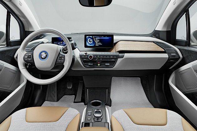 內裝設計走自然風格,並採亞麻布和皮革與美毛等多重材質組合。 BMW