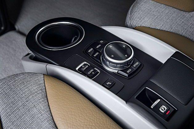中央扶手位置有iDrive控制切換旋鈕,另有駕駛模式選擇按鍵。 BMW