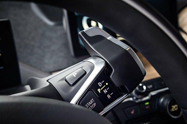 引擎怠速熄火啟閉開關和電子式手煞車都整合在排檔撥桿上。 BMW