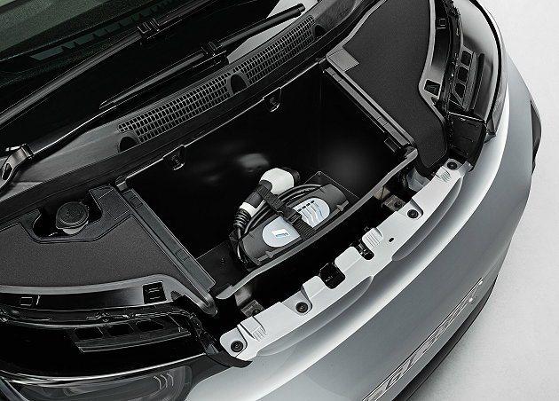 收納於前行李廂的充電線纜。 BMW