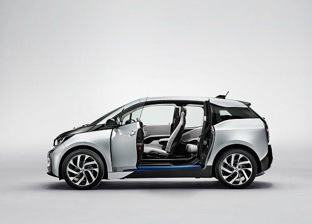 採取對開式車門便於人員上下車。 BMW