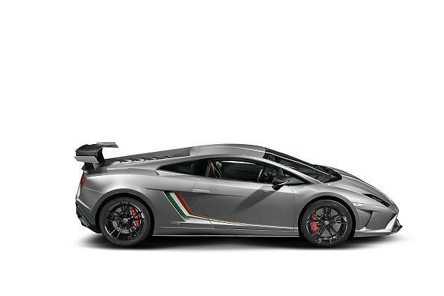 車腹進氣口前緣有源自義大利國旗三色的飾條。 Lamborghini