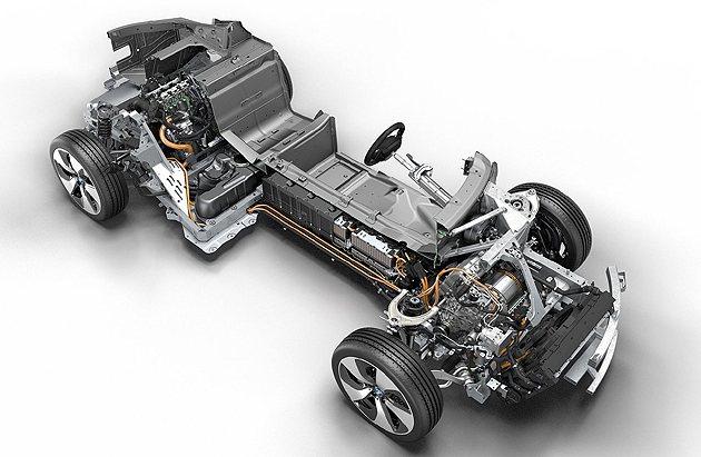 i8前輪以電動馬達驅動,後輪則是雙渦輪增壓引擎。 BMW