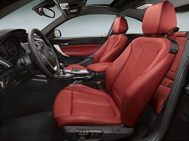2系列內裝有多種材質可選,跑車座椅特別強化包覆性。 BMW提供