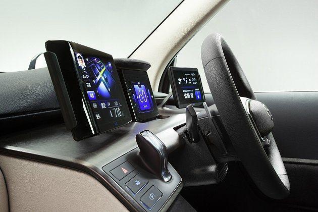 駕駛座設有顯示幕,讓駕駛能看到各種行車資訊。 Toyota提供