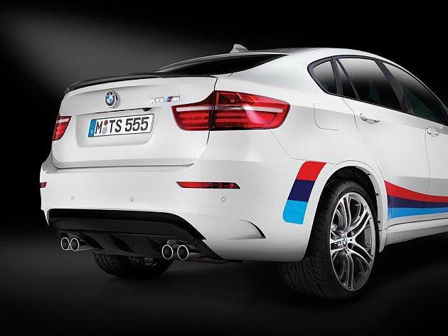 雙邊四出排氣尾管加上M Performance的空力套件,運動感十足。 BMW提...