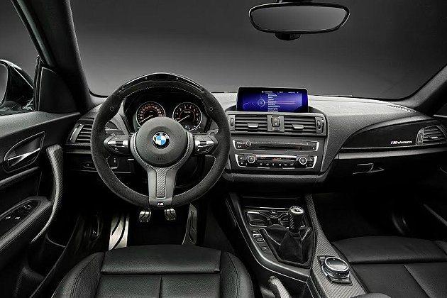 2系列M Performance方向盤為麂皮結合碳纖材質。 BMW提供