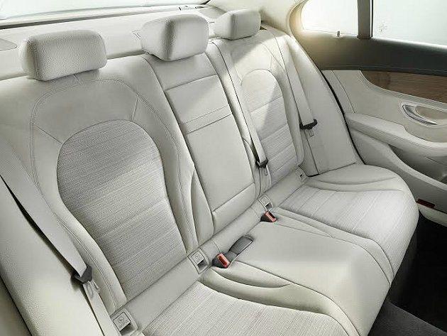 皮布混搭的C300 Hybrid後座,乘坐空間寬敞舒適。 M-Benz提供