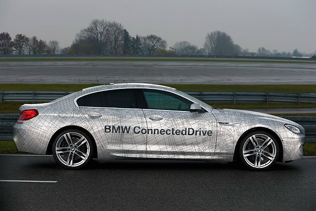 BMW自動駕駛車在公路上能自動行走,並且轉動方向盤、變換車道、踩油門及適時煞車等...