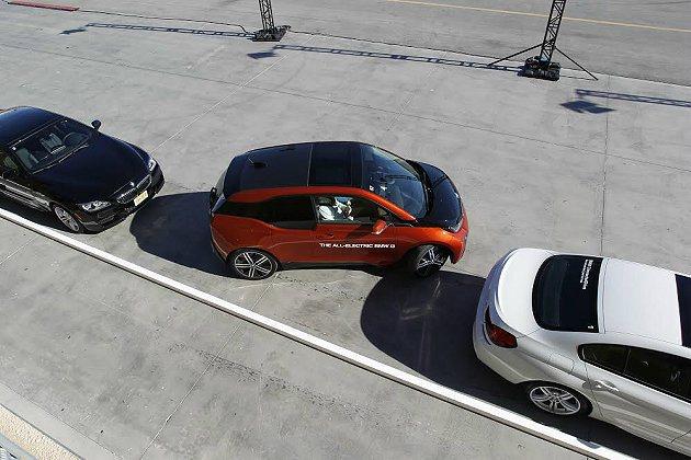 i3全新的停車輔助系統,駕駛者不需動手或動腳停入停車格,不管是路邊停車或倒車入庫...