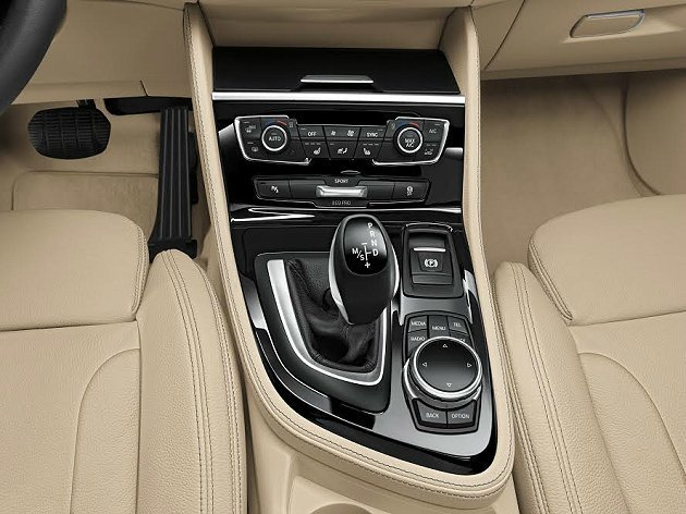排檔座旁有iDrive控制旋鈕。 BMW提供