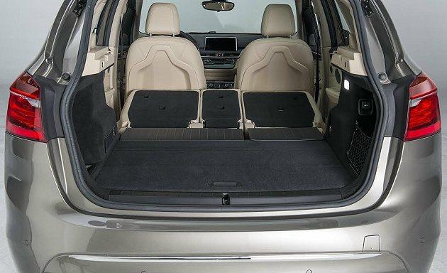 後排乘客座椅可完全摺疊平躺,提供多元化的置物功能。 BMW提供
