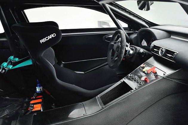 RC F GT3車室採賽車情境,換上Recaro的賽車椅,並有防滾籠。 Lexu...