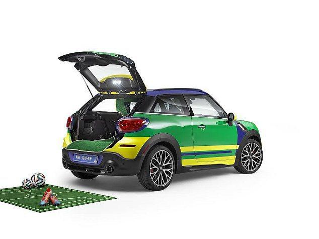 外觀運用巴西國旗綠藍黃三色,配上特殊的多元色帶。 MINI提供