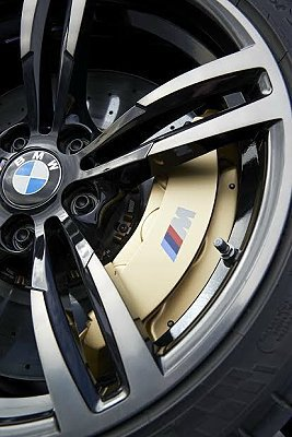 M4 Convertible雙刃式輪圈內置複合材質的高性能煞車系統。 BMW提供