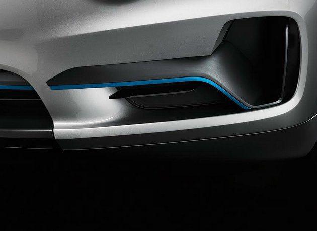 黑鋼琴木飾板結合藍色調的線條。 BMW提供