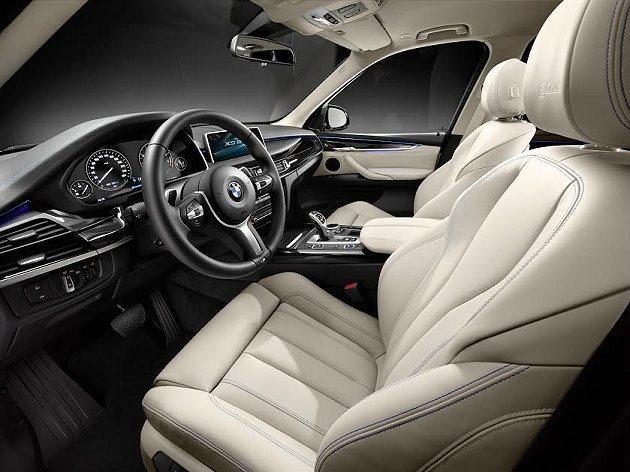 內裝以象牙白皮革加上淡藍滾邊的手法用於座椅門側飾板和儀表板外框包覆。 BMW提供