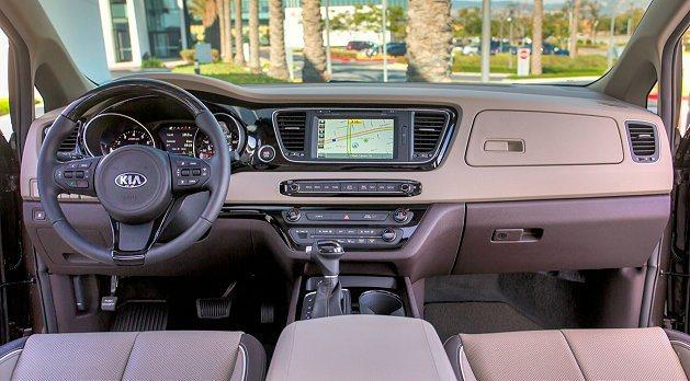 儀表板到中間多媒體顯示幕、到副駕駛座採橫向水平設計,視覺感開闊。 Kia提供