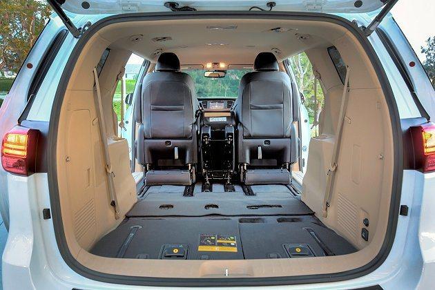 第三排座椅可60/40分離,能將座椅收納在地板下,創造出更大的行李廂空間。 Ki...