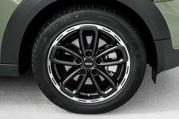 輕量化鋁合金選配輪圈,可以挑選不同烤漆色。 MINI提供