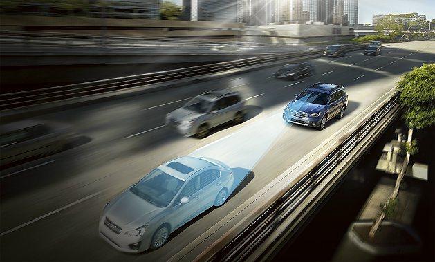 Eye Sight系統是透過兩個車內後視鏡上方的攝影機偵測與前方車輛的相對位置,...