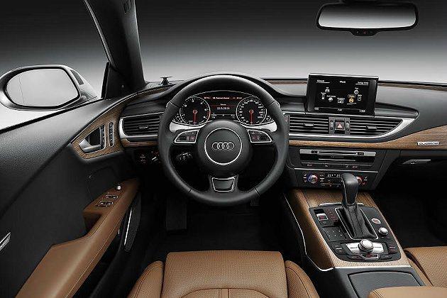 A7 Sportback內裝經過大修改,運用鋁合金飾條搭配全新核桃木飾板,內裝更...