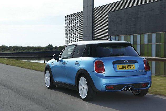 五門版有寬厚的鍍鉻外框,車身下擺黑色護板加寬。 MINI提供