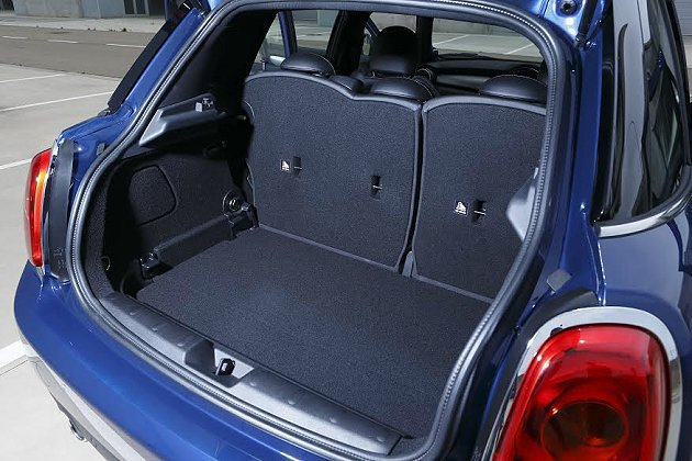行李廂置物空間加大,底板可升高調低因應不同置物需求。 MINI提供