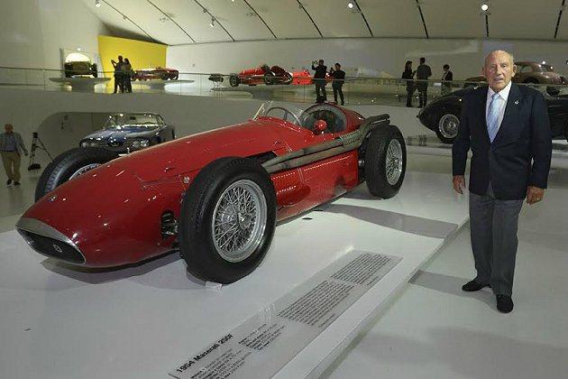 傳奇車手Stirling Moss 與Maserati 250F。 Masera...