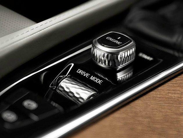 中控螢幕控制旋鈕採鑽石切割,造型古典唯美。 Volvo提供