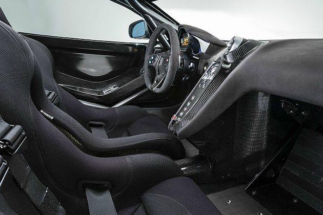 車室設定都符合FIA認證,包括防滾籠、輕量化碳纖維賽車座椅、6點式安全帶,還保留...