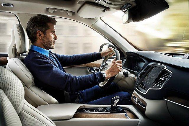 XC90也號稱是史上最安全的LSUV,有許多主動安全系統,車子具備半自動駕駛功能...