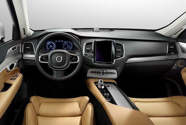XC90內裝以皮革與原木搭配營造北歐車系一貫自然簡約風味,但也呈現前所未有的科技...