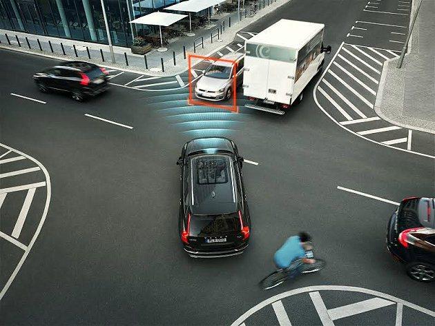 交叉路口自動煞停系統,當駕駛無預警朝對向開去時,車子會煞停,降低事故發生機率。 ...