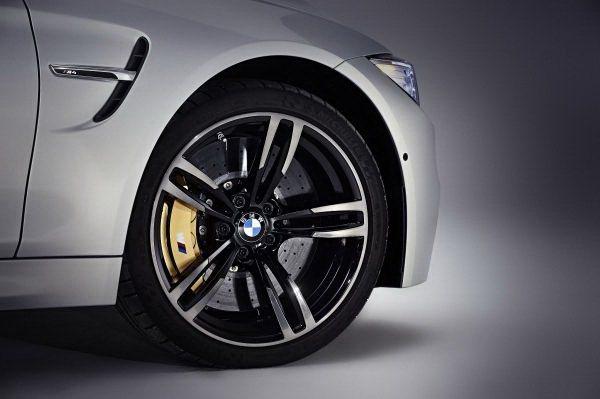 原廠有18和19吋五輻雙肋式樣高亮度黑色跑車化輪圈。 BMW提供