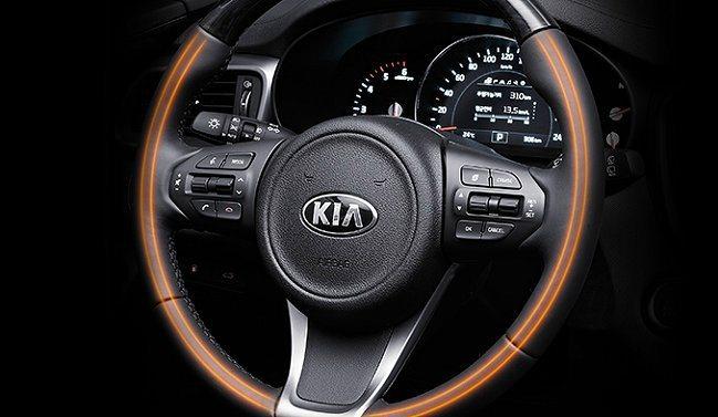 三幅式方向盤。 Kia提供
