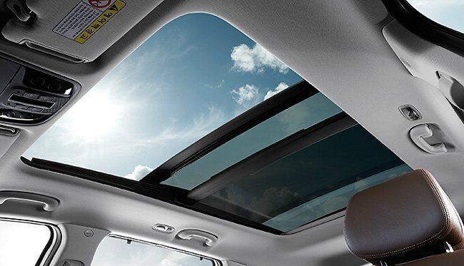 全景式天窗讓視野更開闊。 Kia提供
