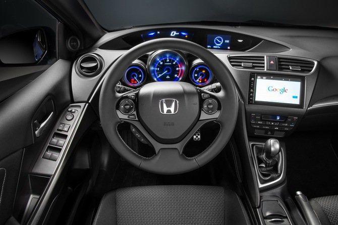 Honda Civic Sport三輻式跑車化方向盤皮包覆並有縫線。 Honda...