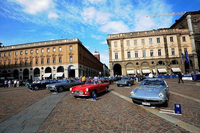 在都靈市中心腹地聖卡羅廣場(Piazza San Carlo)舉行的古董車展,令...