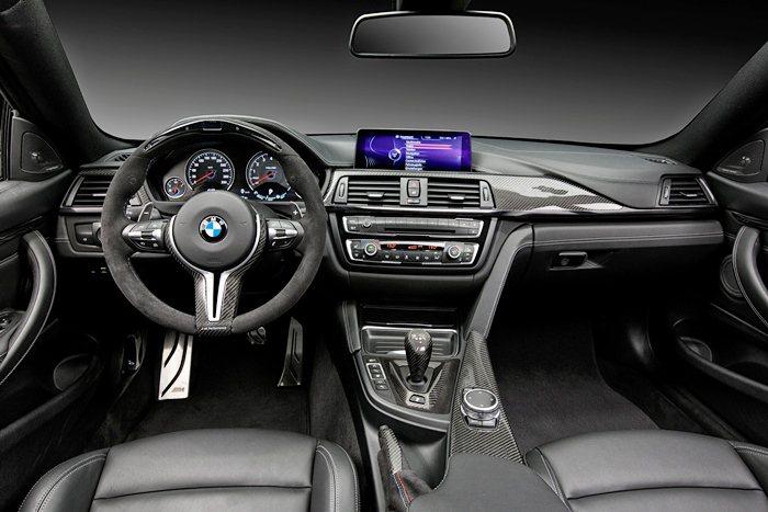M4和M4M 有專屬的方向盤改裝和競技用顯示器。方向盤以Alcantara 人造...